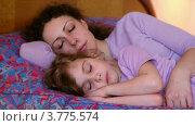 Купить «Маленькая девочка спит в объятиях спящей мамы на кровати», видеоролик № 3775574, снято 13 марта 2012 г. (c) Losevsky Pavel / Фотобанк Лори