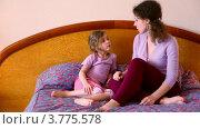 Купить «Мама с дочкой сидят на кровати и разговаривают», видеоролик № 3775578, снято 13 марта 2012 г. (c) Losevsky Pavel / Фотобанк Лори