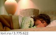 Купить «Маленькая девочка лежит в кровати и трет глазки», видеоролик № 3775622, снято 12 марта 2012 г. (c) Losevsky Pavel / Фотобанк Лори