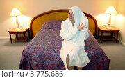 Купить «Женщина сидит на кровати в белом банном халате и вытирает волосы», видеоролик № 3775686, снято 12 марта 2012 г. (c) Losevsky Pavel / Фотобанк Лори
