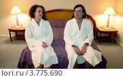 Купить «Мужчина и женщина в банных халатах входят в спальню и садятся на кровать», видеоролик № 3775690, снято 12 марта 2012 г. (c) Losevsky Pavel / Фотобанк Лори