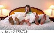 Купить «Родители спят под одеялом, высунув босые ноги из-под одеяла, дочка сидит между ними и мешает спать», видеоролик № 3775722, снято 12 марта 2012 г. (c) Losevsky Pavel / Фотобанк Лори