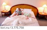 Купить «Дети лежат на кровати и смотрят телевизор», видеоролик № 3775758, снято 11 марта 2012 г. (c) Losevsky Pavel / Фотобанк Лори