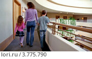 Купить «Мама с дочкой и сыном идут по балкону», видеоролик № 3775790, снято 11 марта 2012 г. (c) Losevsky Pavel / Фотобанк Лори