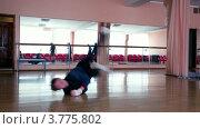 Купить «Молодой человек танцует брейк на паркете в зеркальном зале», видеоролик № 3775802, снято 9 января 2012 г. (c) Losevsky Pavel / Фотобанк Лори