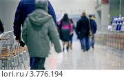 Купить «Люди идут в кафе», видеоролик № 3776194, снято 15 февраля 2012 г. (c) Losevsky Pavel / Фотобанк Лори