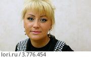 Купить «Портрет привлекательной блондинки с розовой помадой на губах», видеоролик № 3776454, снято 7 февраля 2012 г. (c) Losevsky Pavel / Фотобанк Лори