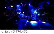 Купить «Машина стоит в темном зале ночного клуба», видеоролик № 3776470, снято 18 января 2012 г. (c) Losevsky Pavel / Фотобанк Лори
