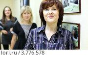 Купить «Женщина, работающая в салоне красоты приветливо улыбается и смотрит», видеоролик № 3776578, снято 7 февраля 2012 г. (c) Losevsky Pavel / Фотобанк Лори