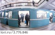 Купить «Поезд прибывает на станцию метро Комсомольская, таймлапс», видеоролик № 3776846, снято 1 февраля 2012 г. (c) Losevsky Pavel / Фотобанк Лори
