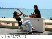 Купить «Две девушки оживленно беседуют на набережной Круазет, Канны, Франция», фото № 3777142, снято 13 июня 2010 г. (c) ElenArt / Фотобанк Лори