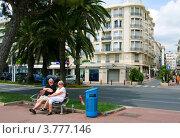Купить «Пара туристов отдыхает на скамейке на набережной Круазет, Канны», фото № 3777146, снято 13 июня 2010 г. (c) ElenArt / Фотобанк Лори