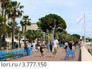 """Купить «Люди прогуливаются по известной набережной Круазет """"La Croisette"""", Канны», фото № 3777150, снято 13 июня 2010 г. (c) ElenArt / Фотобанк Лори"""