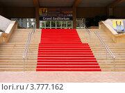 Купить «Красный ковер при входе во дворец, где проводится популярный кино-фестиваль, Канны, Франция», фото № 3777162, снято 13 июня 2010 г. (c) ElenArt / Фотобанк Лори