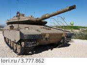 Израильский танк Merkava Mark IV на фоне синего неба. Редакционное фото, фотограф Shlomo Polonsky / Фотобанк Лори