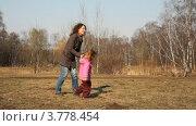 Купить «Мама с дочкой кружатся на поляне в осеннем лесу», видеоролик № 3778454, снято 26 августа 2012 г. (c) Losevsky Pavel / Фотобанк Лори