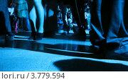 Купить «Ноги посетителей двигаются перед фотографами (таймлапс)», видеоролик № 3779594, снято 27 апреля 2012 г. (c) Losevsky Pavel / Фотобанк Лори