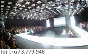 Купить «Зрители смотрят на подиум на Mercedes-Benz Fashion Week, таймлапс», видеоролик № 3779946, снято 16 апреля 2012 г. (c) Losevsky Pavel / Фотобанк Лори