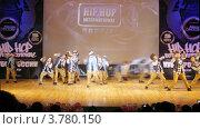 "Купить «Хип-хоп группа ""10thAvenue"" танцует на сцене Дворца Культуры, таймлапс», видеоролик № 3780150, снято 16 апреля 2012 г. (c) Losevsky Pavel / Фотобанк Лори"