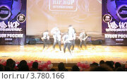 "Купить «Хип-хоп группа ""Hustle"" танцует на сцене Дворца Культуры, таймлапс», видеоролик № 3780166, снято 16 апреля 2012 г. (c) Losevsky Pavel / Фотобанк Лори"