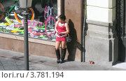 Купить «Молодая женщина в кротком красном платье стоит, прислонившись к витрине, на улице», видеоролик № 3781194, снято 20 апреля 2012 г. (c) Losevsky Pavel / Фотобанк Лори