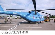 Купить «Трактор буксирует вертолет на взлетную площадку», видеоролик № 3781410, снято 30 июля 2012 г. (c) Losevsky Pavel / Фотобанк Лори