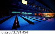 Купить «Мяч катится по дорожке с подсветкой и сбивает кегли», видеоролик № 3781454, снято 14 апреля 2012 г. (c) Losevsky Pavel / Фотобанк Лори