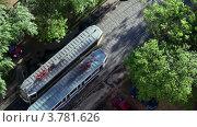 Купить «Трамваи едут на встречу друг другу летним днем, вид сверху», видеоролик № 3781626, снято 24 марта 2012 г. (c) Losevsky Pavel / Фотобанк Лори
