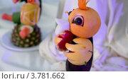 Купить «Стол украшенный фруктовыми статуэтками, вид крупным планом в движении», видеоролик № 3781662, снято 5 июня 2012 г. (c) Losevsky Pavel / Фотобанк Лори