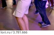 Купить «Женщина танцует с многими другими людьми», видеоролик № 3781666, снято 5 июня 2012 г. (c) Losevsky Pavel / Фотобанк Лори