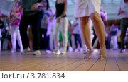 Купить «Много людей танцуют в латиноамериканском стиле и хлопают», видеоролик № 3781834, снято 6 июня 2012 г. (c) Losevsky Pavel / Фотобанк Лори