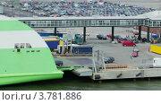 Купить «Машины съезжают с парома в порту летним днем», видеоролик № 3781886, снято 19 июня 2012 г. (c) Losevsky Pavel / Фотобанк Лори