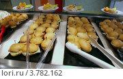Купить «Много бутербродов в кафе, крупным планом вид в движении», видеоролик № 3782162, снято 25 мая 2012 г. (c) Losevsky Pavel / Фотобанк Лори