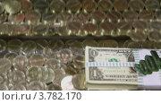 Купить «Пачка американских долларов и монеты на движущемся лотке», видеоролик № 3782170, снято 25 мая 2012 г. (c) Losevsky Pavel / Фотобанк Лори