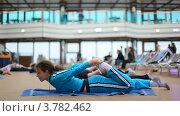 Купить «Женщина занимается гимнастикой», видеоролик № 3782462, снято 9 июня 2012 г. (c) Losevsky Pavel / Фотобанк Лори