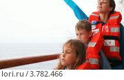 Купить «Мать с детьми в спасательных жилетах на корабле», видеоролик № 3782466, снято 4 июня 2012 г. (c) Losevsky Pavel / Фотобанк Лори
