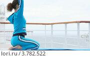 Купить «Женщина занимается фитнесом на палубе корабля», видеоролик № 3782522, снято 3 июня 2012 г. (c) Losevsky Pavel / Фотобанк Лори