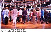 Купить «Люди в зале делают шаг назад, а потом вместе шаг вперед», видеоролик № 3782582, снято 4 июня 2012 г. (c) Losevsky Pavel / Фотобанк Лори