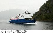Купить «Небольшой корабль с пассажирами плавает на волнах около скалистого побережья», видеоролик № 3782626, снято 11 июня 2012 г. (c) Losevsky Pavel / Фотобанк Лори