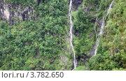 Купить «Небольшой водопад стекает вниз среди скал, покрытых зеленью», видеоролик № 3782650, снято 5 июня 2012 г. (c) Losevsky Pavel / Фотобанк Лори