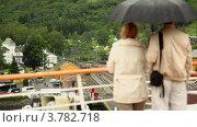 Купить «Пара стоит под зонтом и смотрит на вокзал», видеоролик № 3782718, снято 7 июня 2012 г. (c) Losevsky Pavel / Фотобанк Лори