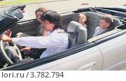 Купить «Родители и двое детей едут в кабриолете по летнему городу», видеоролик № 3782794, снято 27 апреля 2012 г. (c) Losevsky Pavel / Фотобанк Лори