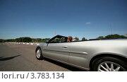 Купить «Молодой человек и девушка едут  в кабриолете по городу  летним днем», видеоролик № 3783134, снято 30 апреля 2012 г. (c) Losevsky Pavel / Фотобанк Лори