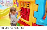 Купить «Маленькая девочка играет с огромной игрушкой с цифрами, на площадке», видеоролик № 3783138, снято 5 мая 2012 г. (c) Losevsky Pavel / Фотобанк Лори