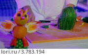 Купить «Повар разделывает фрукты, фрукты птиц стоят на переднем плане», видеоролик № 3783194, снято 23 мая 2012 г. (c) Losevsky Pavel / Фотобанк Лори