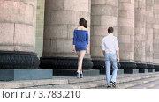 Купить «Молодой человек и девушка гуляют у колонн летним днем», видеоролик № 3783210, снято 26 апреля 2012 г. (c) Losevsky Pavel / Фотобанк Лори