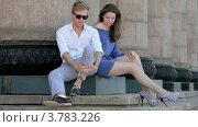 Купить «Молодой человек и девушка сидят у колонн летним днем», видеоролик № 3783226, снято 30 апреля 2012 г. (c) Losevsky Pavel / Фотобанк Лори