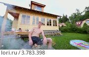 Купить «Человек сидит в дыму от гриля с кебабом, возле дома», видеоролик № 3783398, снято 16 мая 2012 г. (c) Losevsky Pavel / Фотобанк Лори