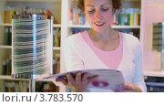 Купить «Женщина читает журнал», видеоролик № 3783570, снято 21 июля 2012 г. (c) Losevsky Pavel / Фотобанк Лори
