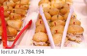 Купить «Много маленьких бутербродов на лотке», видеоролик № 3784194, снято 20 июля 2012 г. (c) Losevsky Pavel / Фотобанк Лори